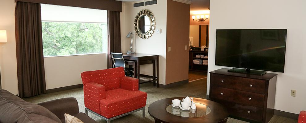 Alumni Queen Suite Living Room